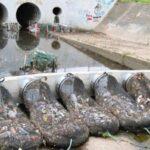 Rimuovere i rifiuti dall'acqua degli scarichi fognari