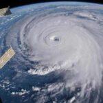 Trump avrebbe suggerito all'esercito di utilizzare bombe atomiche per fermare gli uragani