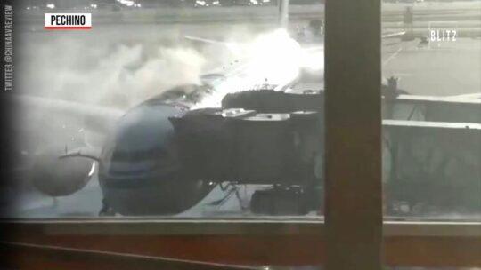 Aereo a Pechino prende fuoco prima del decollo