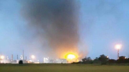 Violenta esplosione a Pavia nella raffineria Eni di Sannazzaro de' Burgondi: è il terzo incidente in 3 anni