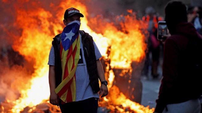Barcellona, notte di scontri: 182 feriti e 54 arresti.