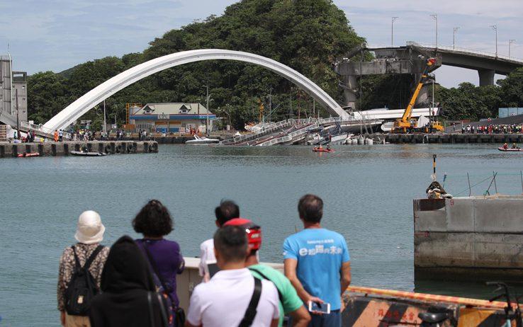Taiwan, ponte crolla sulle barche