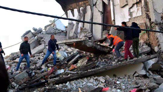 Albania, scossa di terremoto 6.5 a Durazzo: almeno 7 morti, 300 feriti. Diversi palazzi crollati, anche un hotel: si scava tra le macerie
