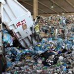 """Plastica, raccolta differenziata serve a poco: metà dei rifiuti separati va in inceneritore. """"Soluzioni? Meno consumi e più riuso"""""""