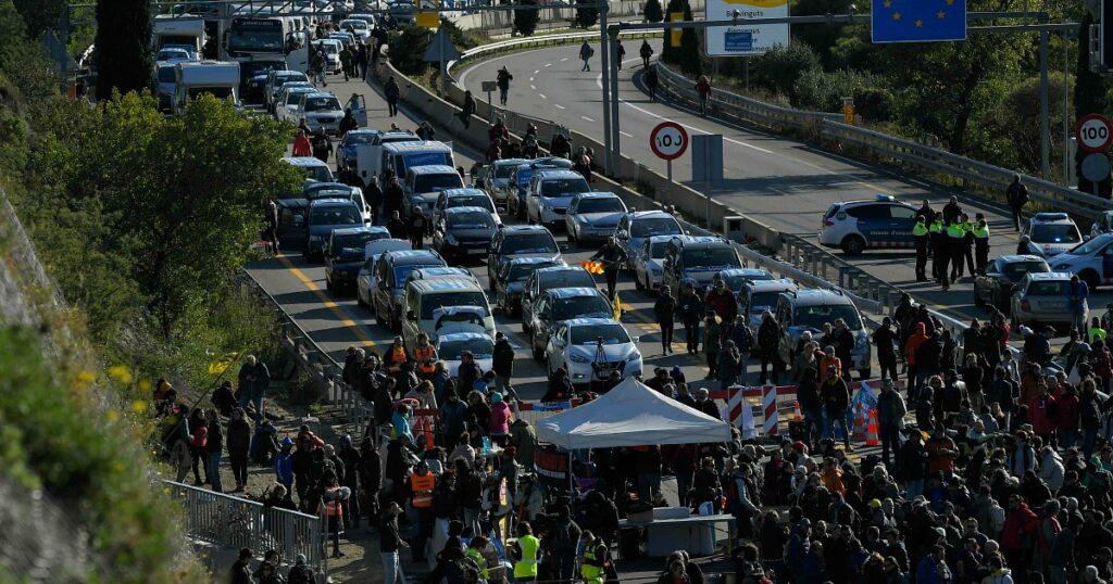 Catalogna, scontri tra indipendentisti e polizia francese al confine: Tsunami Democratic ha bloccato l'autostrada che porta in Francia