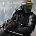 L'altro ieri la polizia francese,come di consueto, ha attaccato con brutalità il corteo dei manifestanti provando a spezzarlo in vari punti.