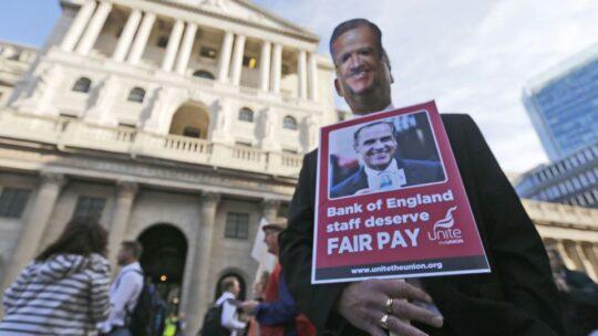 Perché le banche riducono il loro personale a livelli record?