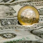 Perché l'euro sta ancora perdendo terreno rispetto al dollaro