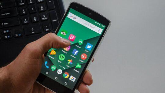 I giganti degli smartphone cinesi si uniscono per competere con Google nell'ambito software