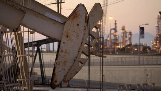 Il prezzo del petrolio scende al minimo da 18 anni a causa del crollo della domanda globale
