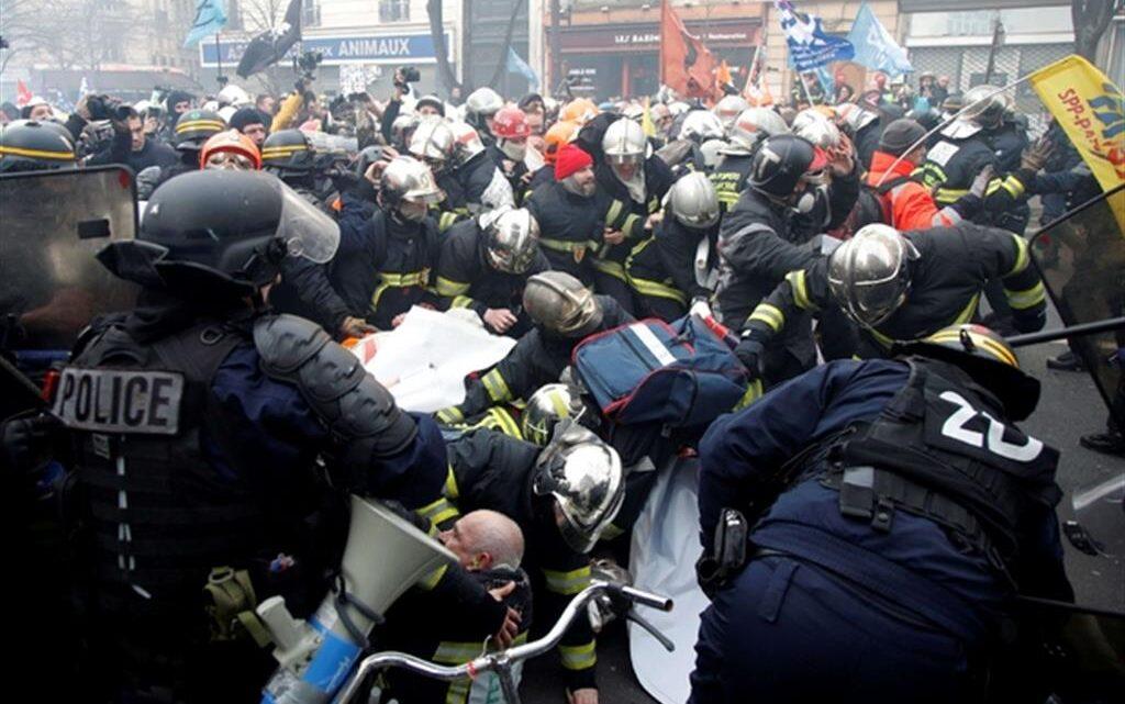 La Francia di Macron: botte agli infermieri che protestano