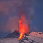 Etna in eruzione, mentre un moderato terremoto di 3.7 scuote il pavese