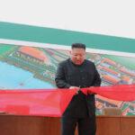 Kim Jong Un fa la sua apparizione all'impianto di concimazione dopo diversi giorni in cui non si vedeva in pubblico