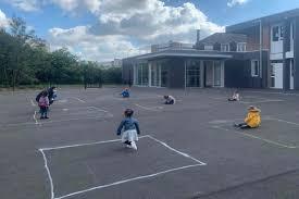 Le immagini dei bambini che giocano nei quadrati di gesso mostrano la straziante realtà della riapertura della scuola in Francia