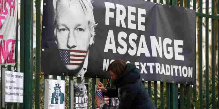 Nuove accuse degli Stati Uniti contro Assange sono un incredibile boomerang