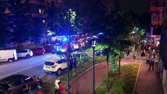 Milano uomo minaccia di buttarsi dal balcone: la gente lo incita a lanciarsi