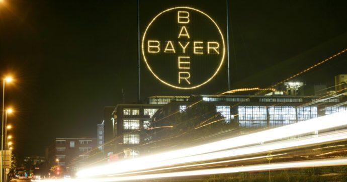Monsanto, Bayer patteggia con 10,5 miliardi di dollari per chiudere 95mila azioni legali contro il diserbante accusato di causare il cancro
