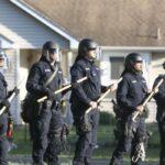 Video shock. Minneapolis, con i cori della guerra in Iraq la Polizia spara contro i residenti nelle loro case