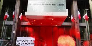 Attivisti e operatori sanitari francesi spruzzano vernice rossa contro la sede del Ministero della sanità