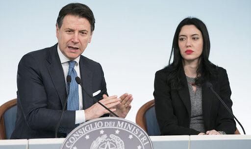 Giuseppe Conte e la ministra Lucia Azzolina in diretta da Palazzo Chigi