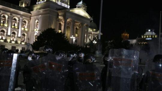 Guerriglia urbana nella notte a Belgrado