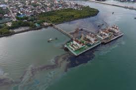 Grave sversamento di petrolio nelle Filippine passato sotto silenzio: mangrovie a rischio e 320 persone evacuate