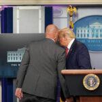 Due colpi di arma da fuoco sparati all'esterno della Casa Bianca, conferenza stampa di Trump interrotta