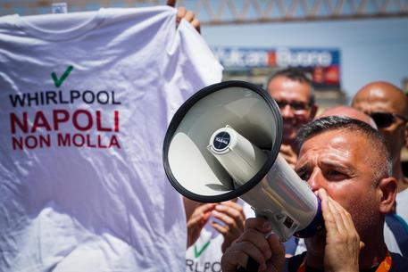 Gli operai della Whirpool bloccano le strade a Napoli