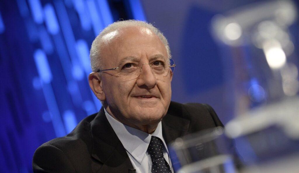 De Luca imbavaglia medici e dirigenti della sanità pubblica: vietato parlare con i giornalisti