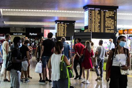 Aumento prezzo dei treni per le feste di Natale: Italo e Trenitalia sotto indagine