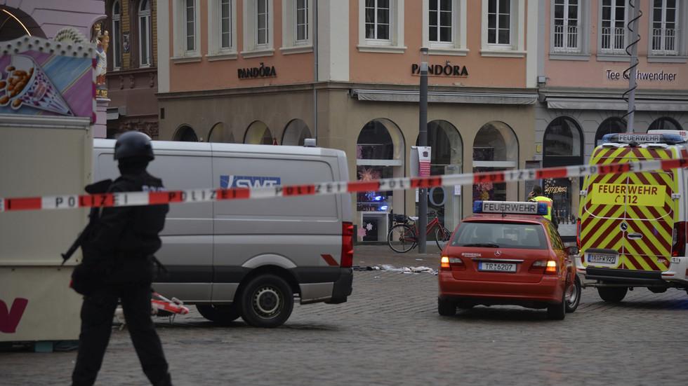 Almeno quattro morti e diversi feriti dopo che un'auto ha attraversato una zona pedonale di Treviri, Germania (VIDEO)