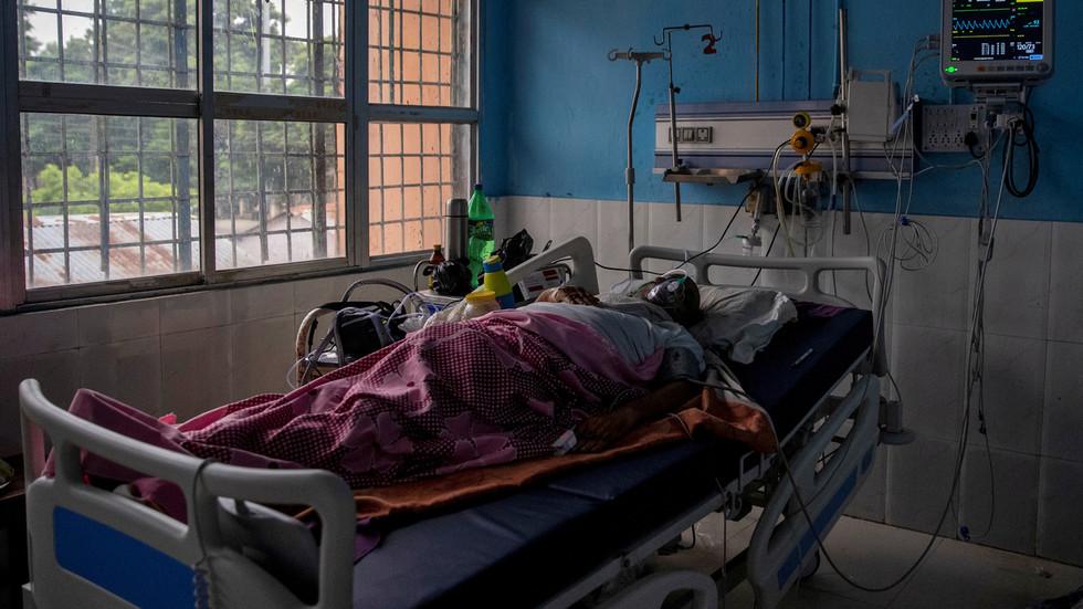 India: Almeno una persona è morta e altre centinaia sono state ricoverate in ospedale a causa di una malattia sconosciuta