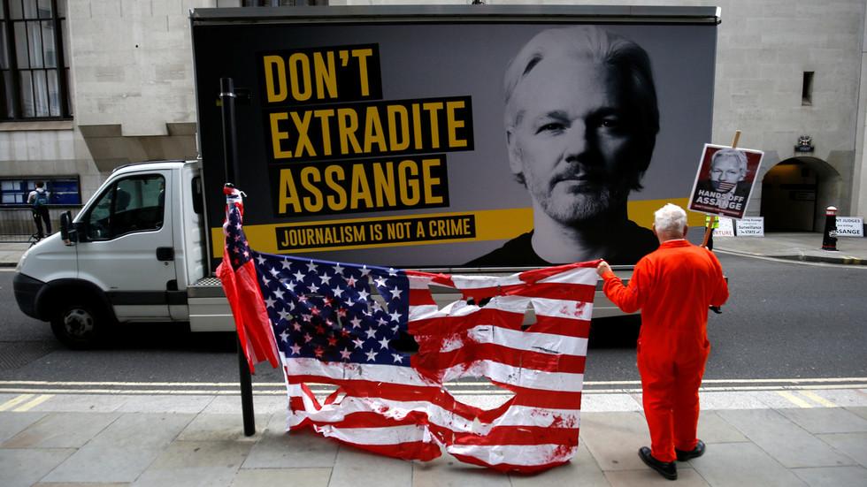 Il governo del Regno Unito (cosi come gli Usa) spera che Julian Assange muoia in prigione – Roger Waters a RT