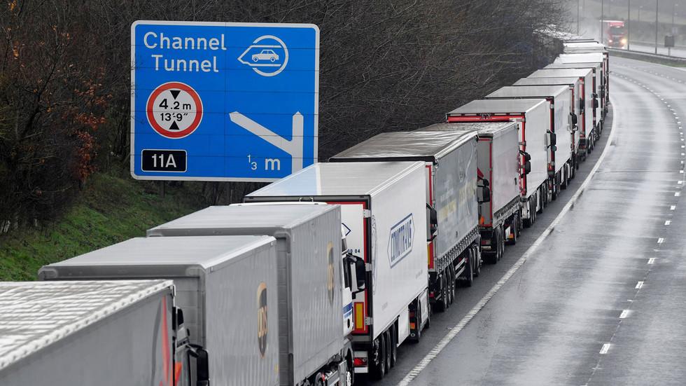 Regno Unito e Francia concordano un piano per riaprire il confine nonostante i timori di un nuovo ceppo virale