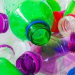 Non solo bisfenolo e ftalati: la plastica contiene 140 sostanze dannose ed è una minaccia per la salute umana