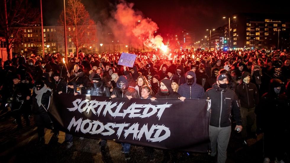 Proseguono le proteste anti lockdown in tutta Europa: scontri con la polizia nei Paesi Bassi e in Danimarca (Video)