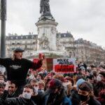 """Le manifestazioni in Francia riguardo il controverso """"articolo 24"""" continuano (video)"""