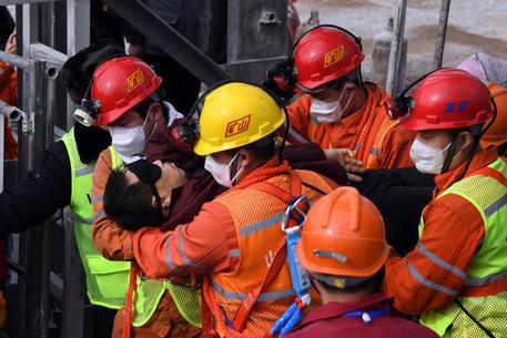 Cina, tratti in salvo 11 minatori intrappolati