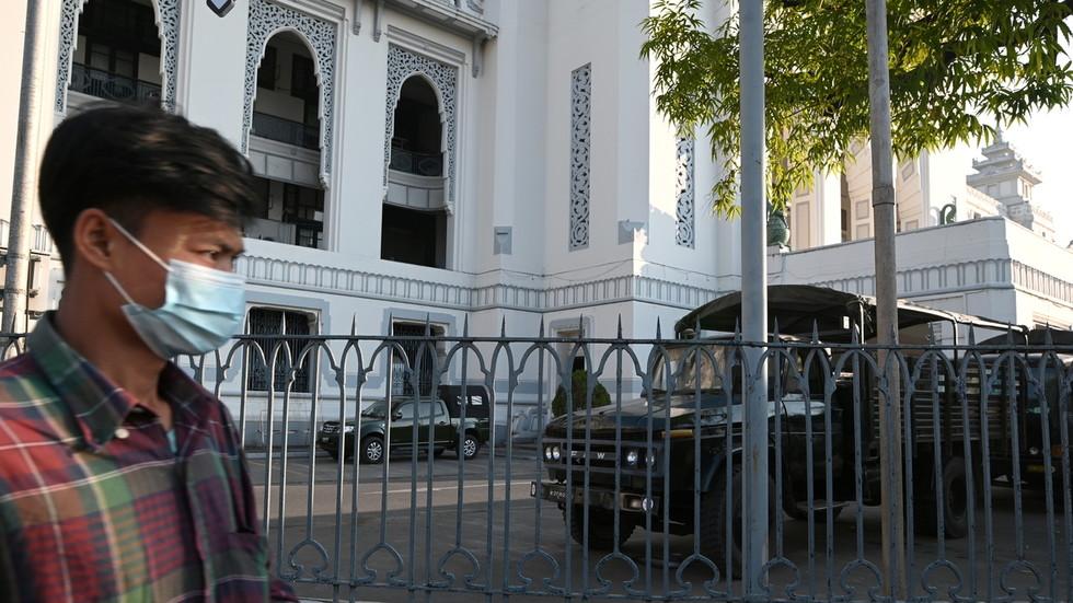L'esercito birmano dichiara lo stato di emergenza e assume il controllo del paese per un anno