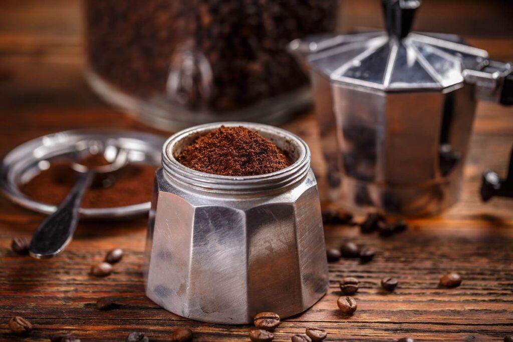 Tracce di alluminio nel caffè che bevi. I reali rischi per moka e cialde, secondo alcuni studi