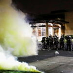 """""""Siamo in guerra?"""" La polizia lancia gas lacrimogeni e granate assordanti durante le proteste in Minnesota (USA)"""