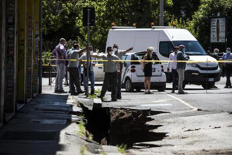 Cede asfalto a Roma, inghiottite due auto nel vuoto, nessun ferito
