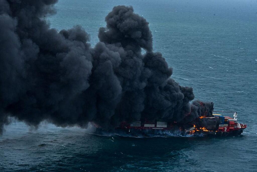 Incendio sulla nave portacontainer: è disastro ambientale a largo dello Sri Lanka