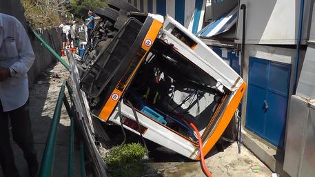 Minibus esce di strada a Capri, un morto e una decina di feriti