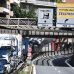 Caos autostrade in Liguria, camionisti scendono dai Tir in protesta