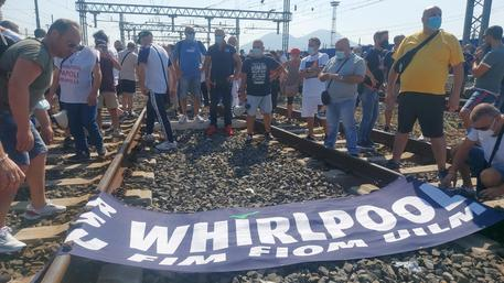 Whirlpool: lavoratori bloccano binari Alta Velocità e Piazza Garibaldi a Napoli