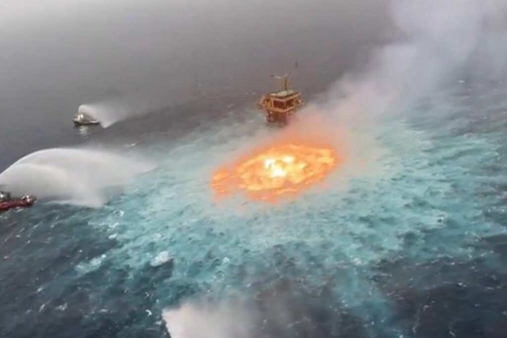 """Devastante incendio nel Golfo del Messico: è esploso un gasdotto sottomarino, creando un gigantesco """"occhio di fuoco"""""""