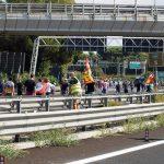 Alitalia: manifestanti bloccano autostrada Roma-Fiumicino