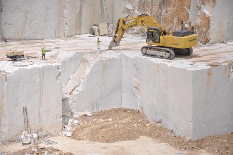 Incidente sul lavoro, muore travolto da lastre di marmo