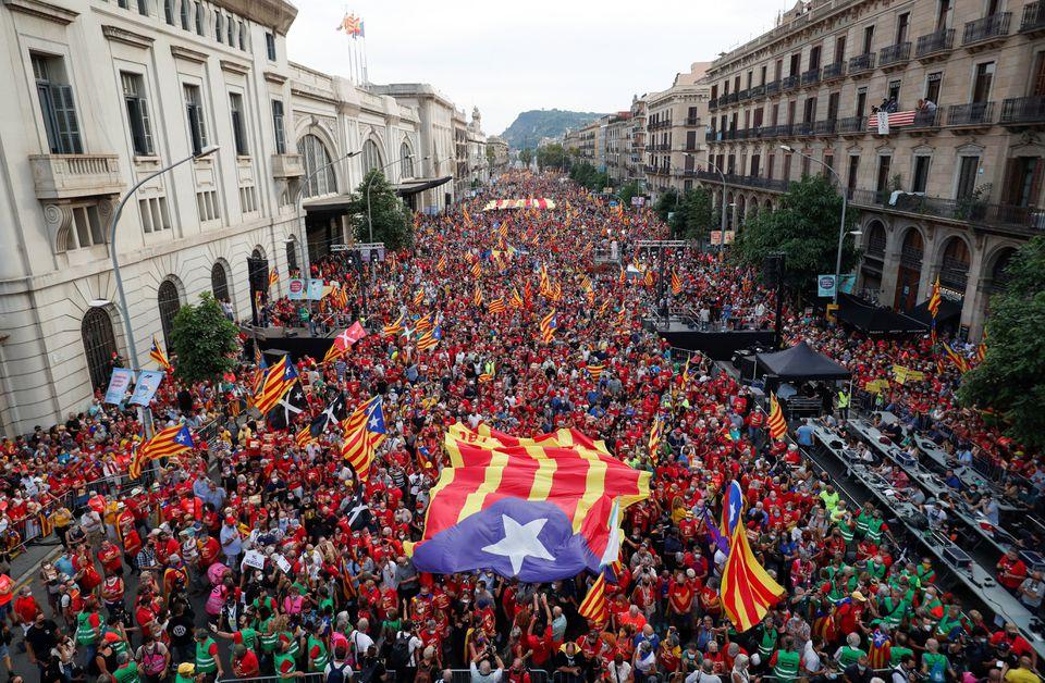 Migliaia di catalani manifestano per l'indipendenza a Barcellona